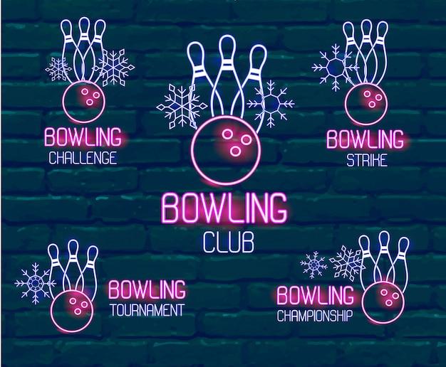 スキットルズ、ボウリングボール、雪とピンクブルー色のネオンロゴのセットです。冬のボーリング大会、挑戦、選手権、ストライキ、暗いレンガの壁に対するクラブのための5つのベクトル印のコレクション Premiumベクター