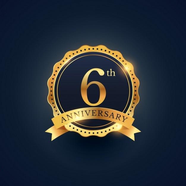 6 ° etichetta celebrazione distintivo anniversario nel colore dorato Vettore gratuito