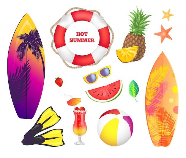 Летние пляжные элементы. доски для серфинга, фрукты, коктейли Premium векторы
