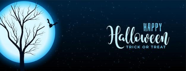 木とコウモリのバナーとハロウィーン満月の夜のシーン 無料ベクター