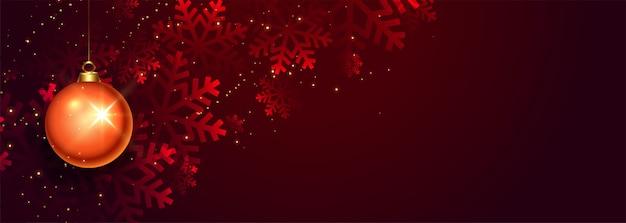 Красный елочный шар и снежинки баннер Бесплатные векторы