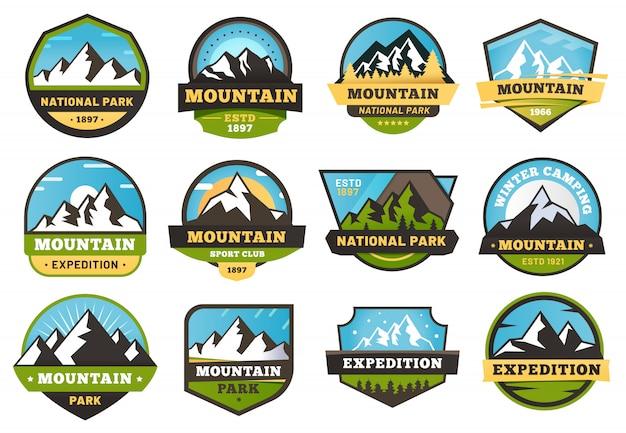Эмблемы горной экспедиции. на открытом воздухе путешествия этикетки, горы, туризм наклейка эмблемы и летние кемпинги значки иллюстрации набор Premium векторы