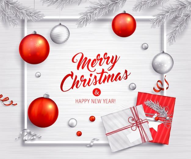 クリスマスの背景。赤と銀のボール、ギフト、クリスマスツリーの枝、リボン。ホリデーグリーティングカード Premiumベクター
