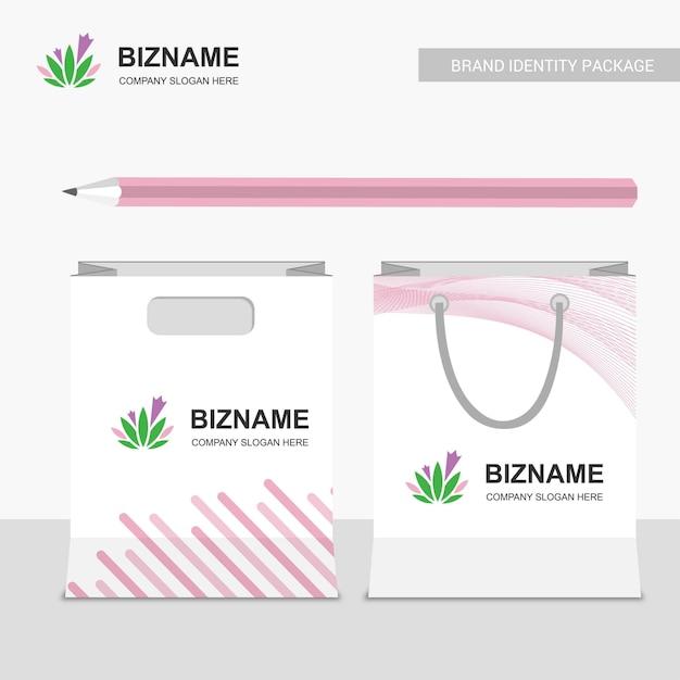 Дизайн сумок для покупок с розовой тематикой и логотипом листьев Premium векторы