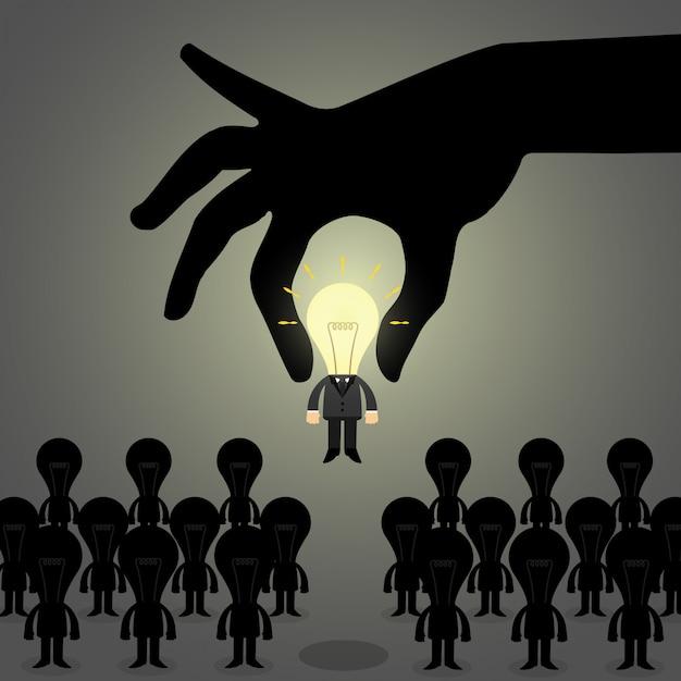 手は人々のグループから理想的なビジネスの男性を選びます。 Premiumベクター