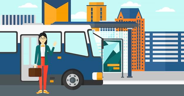バスの近くに立っている女性 Premiumベクター