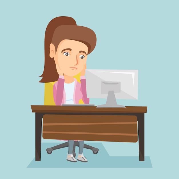 Вымотанный кавказский работник работая в офисе. Premium векторы