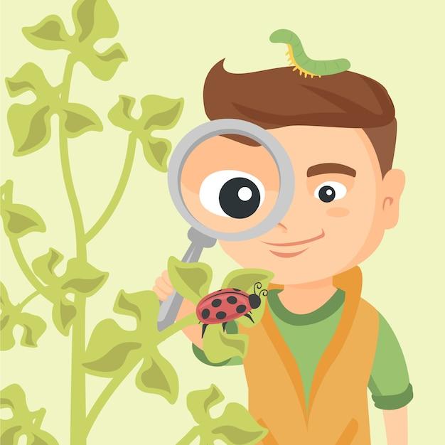 てんとう虫で虫眼鏡を通して見る少年。 Premiumベクター