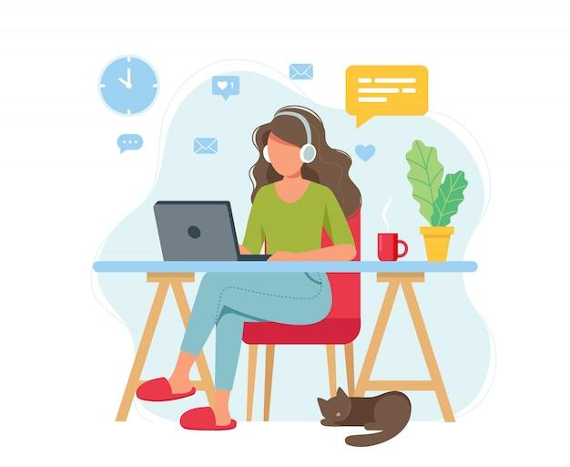 Концепция домашнего офиса, женщина, работающая из дома, студент или фрилансер. Premium векторы