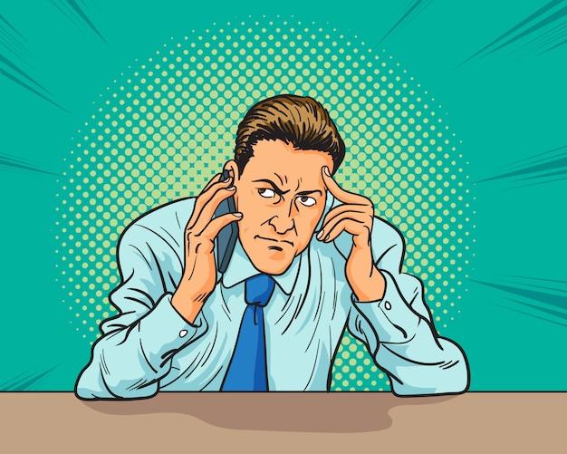 Деловой человек прослушивания рабочего разговора по телефону и бояться за что-то в стиле поп-арт комиксы. Premium векторы