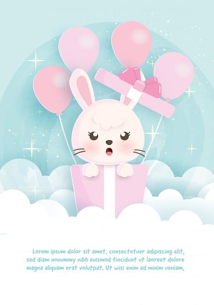 紙でギフトボックスに立っているウサギと誕生日グリーティングテンプレートカードカットスタイル。 Premiumベクター