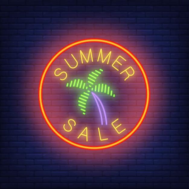 Летняя распродажа неонового текста с пальмой по кругу. сезонная реклама или реклама Бесплатные векторы