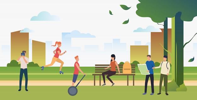 Люди, занимающиеся спортом и отдыхающие в летнем городском парке Бесплатные векторы