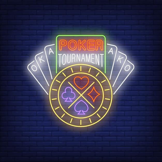 Неоновый текст покерного турнира с игральными картами и фишкой Бесплатные векторы
