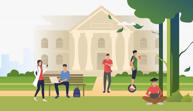 Студенты гуляют и отдыхают в кампусном парке Бесплатные векторы
