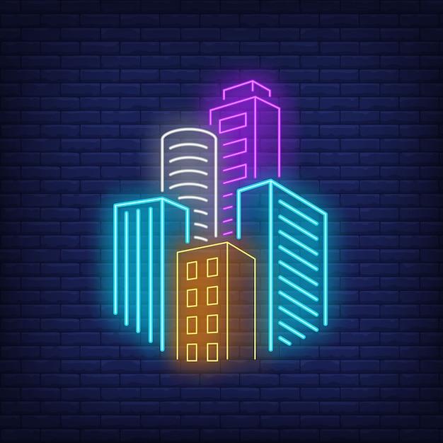 Городские небоскребы неоновая вывеска. Бесплатные векторы