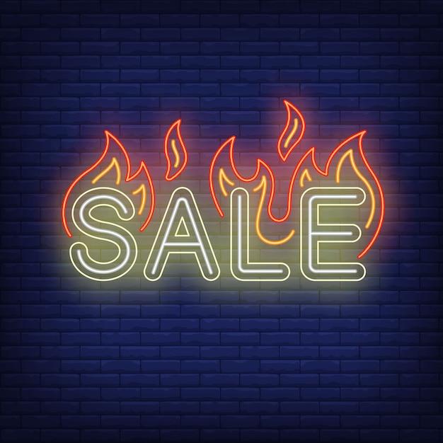 Продажа с пламенем неоновая вывеска. Бесплатные векторы
