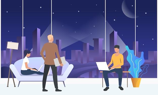 近代的なオフィススペースでラップトップに取り組んでいる従業員 無料ベクター