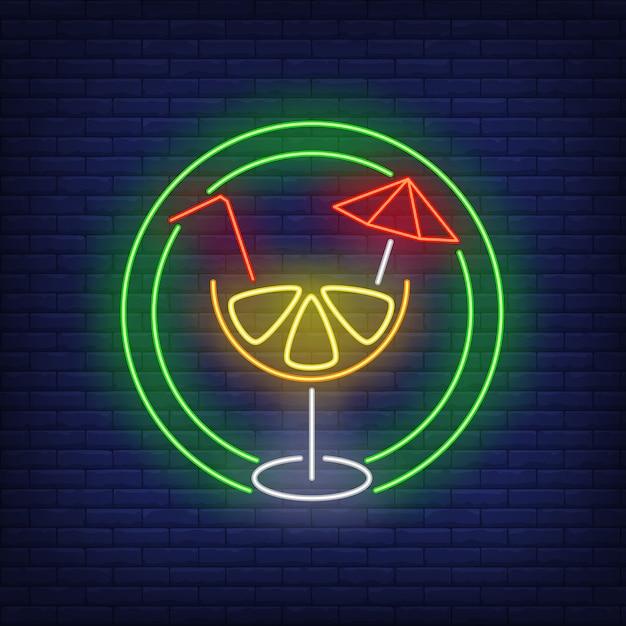 Цитрусовый коктейль с соломой и зонтиком в круге неоновая вывеска Бесплатные векторы