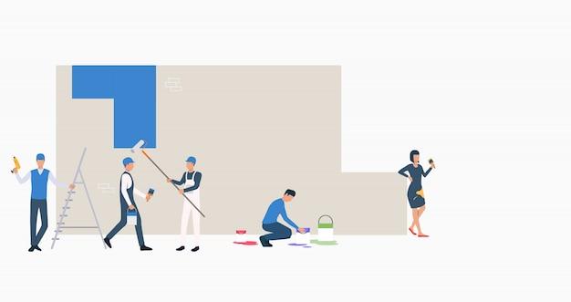 Рабочие красят стену в синий цвет баннера Бесплатные векторы