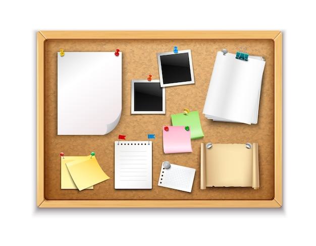 Пробковая доска с прикрепленными бумажными листами блокнота и реалистичными фотографиями Бесплатные векторы