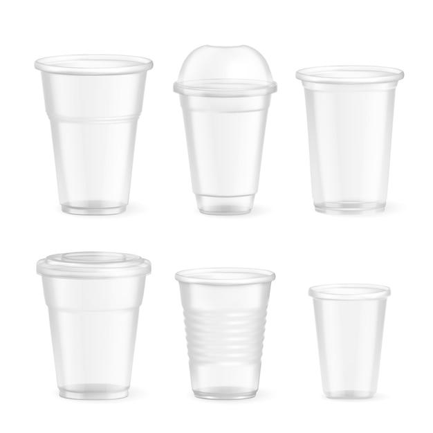 Набор реалистичных пластиковых одноразовых стаканов различного размера на белом, изолированные Бесплатные векторы