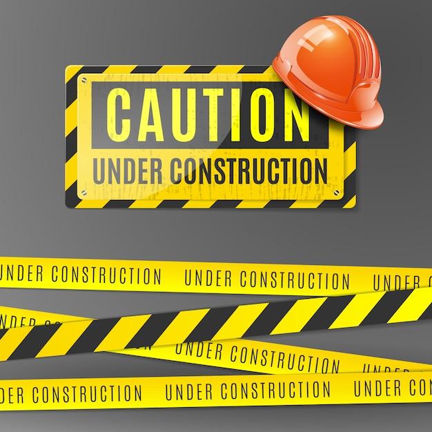 Под строительство реалистично с оранжевым шлемом, осторожно, плакат и ограда с желтыми и черными полосами Бесплатные векторы