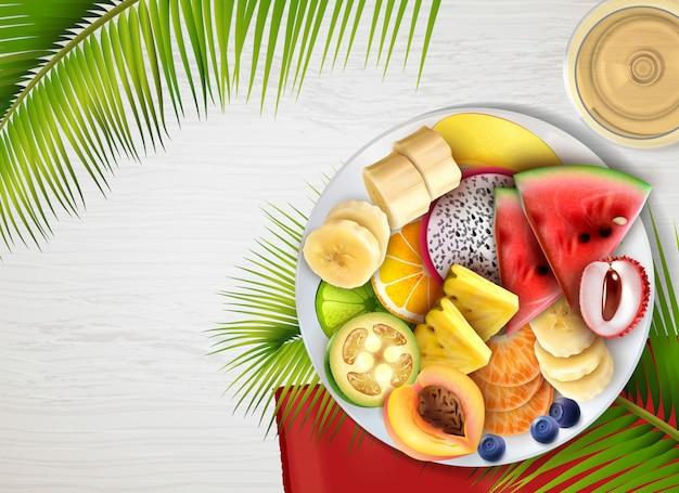Реалистичный фруктовый салатник с листьями Бесплатные векторы