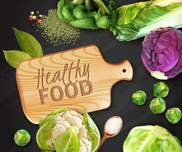 Реалистичные овощи фон с деревянной разделочной доской и различными видами капусты Бесплатные векторы