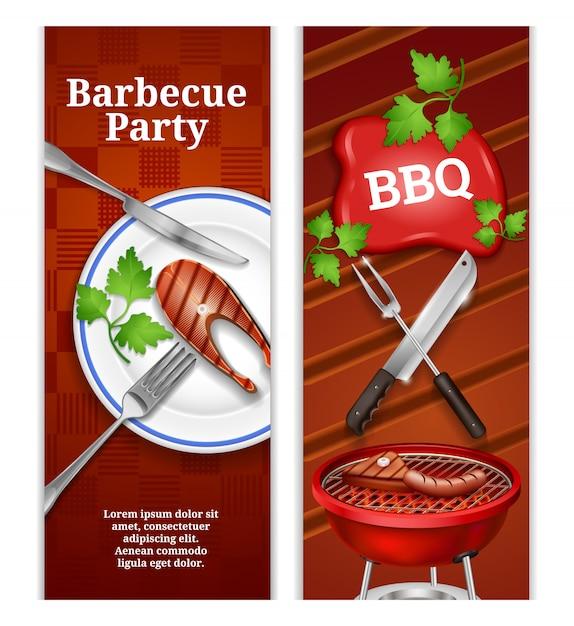 Вертикальные баннеры для барбекю с сочным стейком на тарелке и мясными продуктами на гриле на гриле Бесплатные векторы