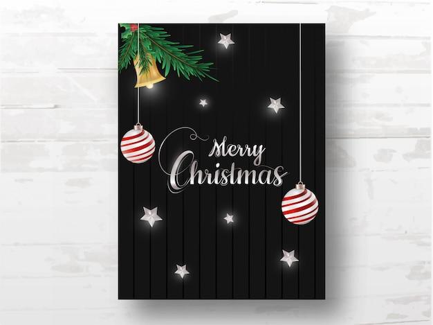 黒の木製の背景に飾られた現実的なジングルベル、つまらないもの、松の葉、ヒイラギの果実、星がぶら下がっているメリークリスマスのお祝いテンプレート。 Premiumベクター
