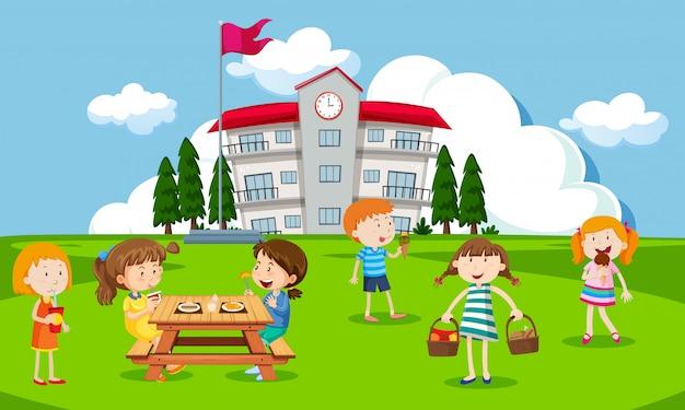 Дети, играющие на школьной площадке Premium векторы