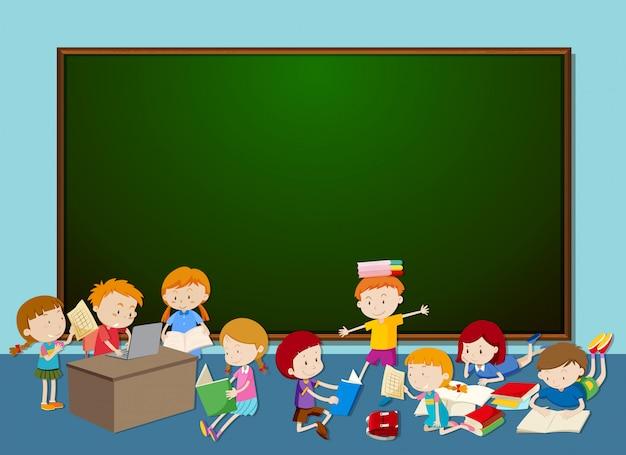 黒板の前の子供たち Premiumベクター