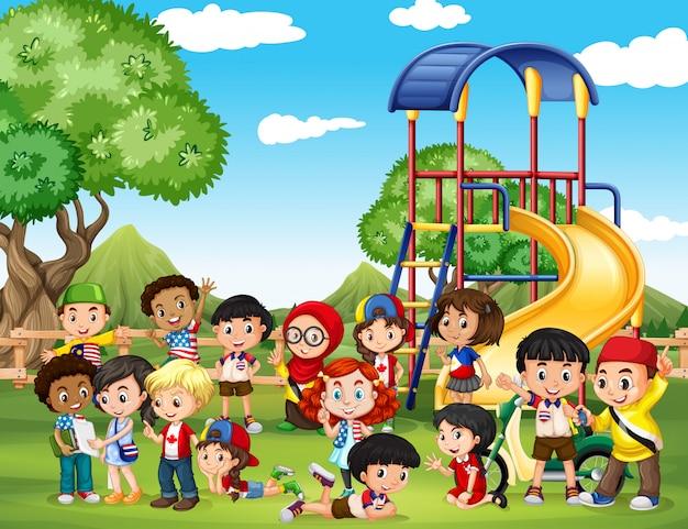 公園で遊んでいる子供たち 無料ベクター