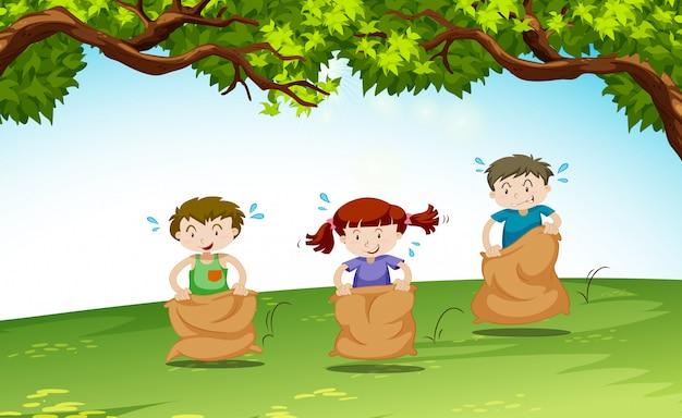 Трое детей играют в парке Бесплатные векторы