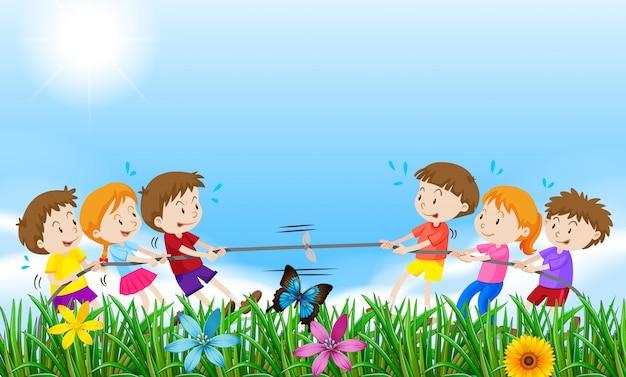 フィールドで綱引きをしている子供たち 無料ベクター