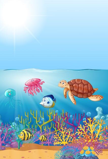Морские животные, плавающие под морем Бесплатные векторы