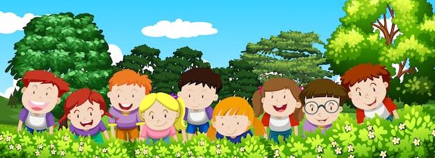 Мальчики и девочки в саду в дневное время Бесплатные векторы