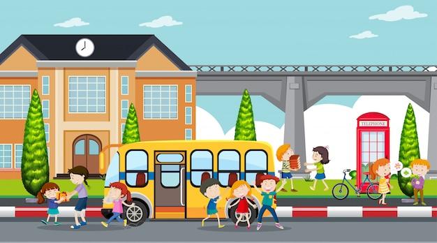 Активные дети играют в уличной сцене Бесплатные векторы