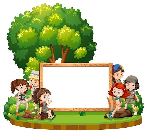 昼間の公園で子供たちと空白記号 無料ベクター
