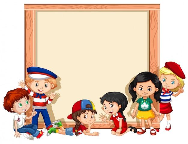 Пустой знак с детьми, размахивая руками Бесплатные векторы