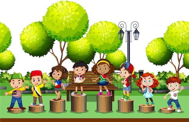 Дети, стоящие на бревне в парке Бесплатные векторы