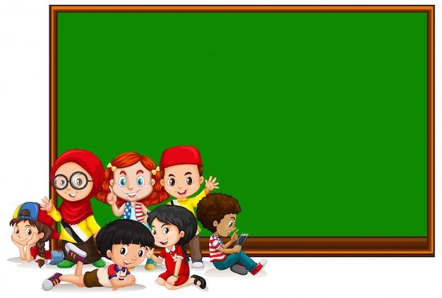 Пустой шаблон знака с детьми и зеленой доской Бесплатные векторы