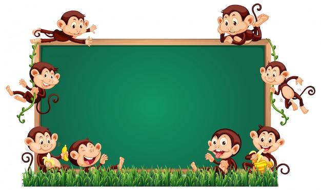 Пустой шаблон доски с милыми обезьянами на траве Бесплатные векторы