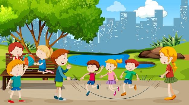 Активные мальчики и девочки занимаются спортом и веселыми мероприятиями Бесплатные векторы