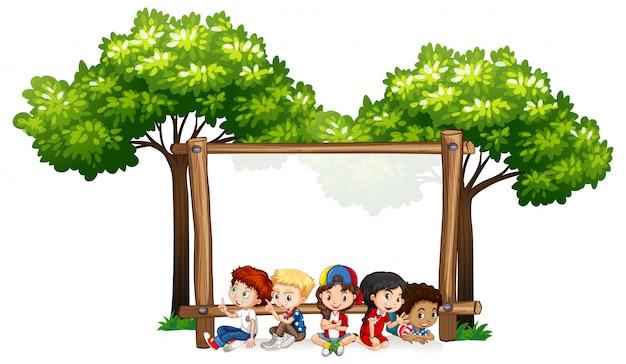 Пустой знак шаблон с детьми и деревьями Бесплатные векторы