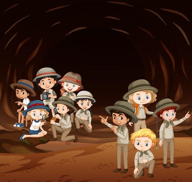 Сцена со многими детьми в пещере Бесплатные векторы