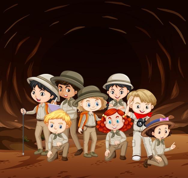 洞窟の中に多くの子供たちがいるシーン 無料ベクター