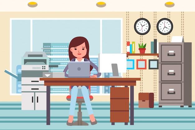 オフィスインテリアとオフィスアプライアンスの完全なオフィスでラップトップで働く女性。フラットなデザインイラスト Premiumベクター