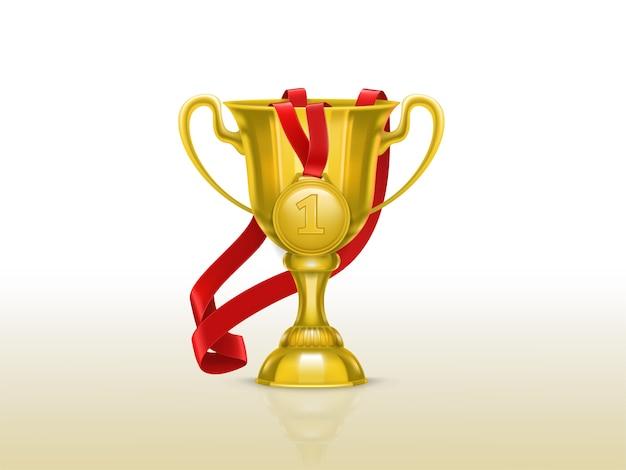 Реалистичная иллюстрация золотой кубок и медаль с красной лентой, изолированных на фоне. Бесплатные векторы